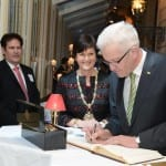 Ministerpräsident trägt sich ins goldene Buch der Stadt ein