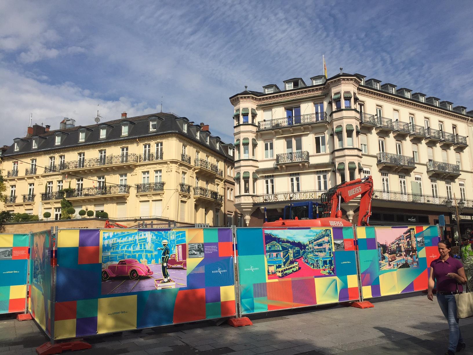 Baustelle Leopoldsplatz von buntem Bauzaun eingerahmt | Margret Mergen
